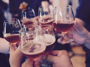 Glas heffen met collega's
